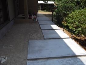 大きさを変えたコンクリートが玄関までエスコート♪