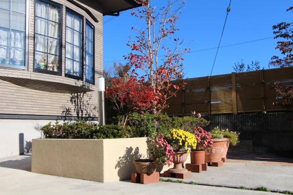 四季折々の植栽をたのしめる花壇、訪れるお客様に安らぎを与えます♪