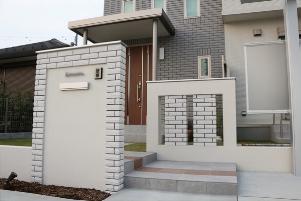 門柱とデザインウォールは建物と同じ貼り材で