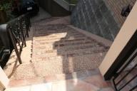 門柱から見下ろした階段